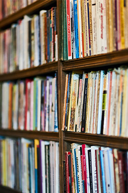vintage boekenkast in de woonkamer